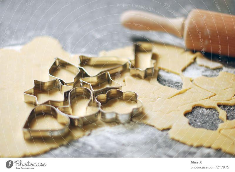 Plätzchenteig Lebensmittel Teigwaren Backwaren Ernährung lecker süß weich ausrollen stechen Nudelholz herzförmig Weihnachtsgebäck selbstgemacht Mehl Farbfoto