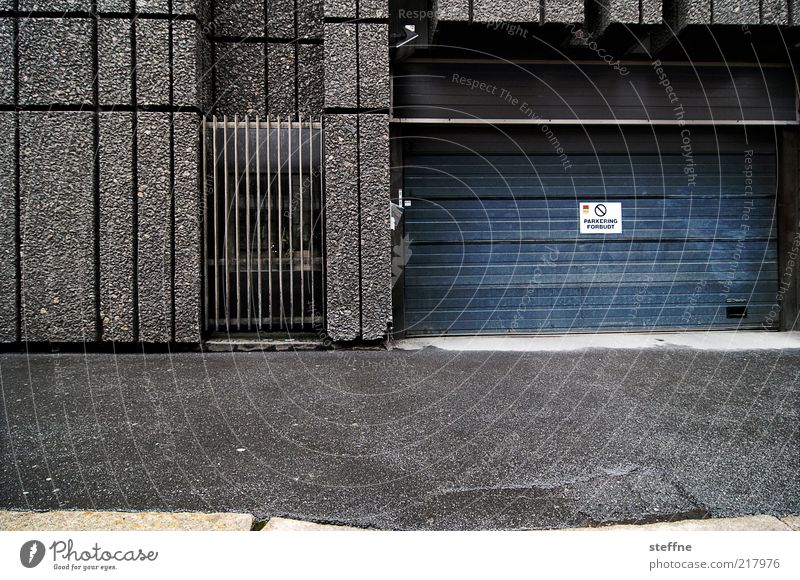 Parkering schlechtes Wetter Regen Oslo Norwegen Haus Gebäude Beton Stadt grau trist Parkhaus Gitter Farbfoto Außenaufnahme Textfreiraum unten