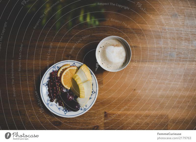 Home_32 Lebensmittel Häusliches Leben genießen Cappuccino Frucht Teller Kaffeetasse Kaffeetrinken Snack Holztisch Esstisch Orange Honigmelone Johannisbeeren