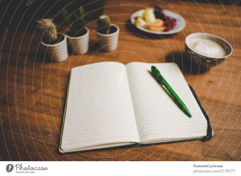 Home_24 Lifestyle Häusliches Leben Holztisch Wohnzimmer Notizbuch Kugelschreiber Tischplatte Kaktus Cappuccino Obstteller Frucht schreiben Schriftstück liniert