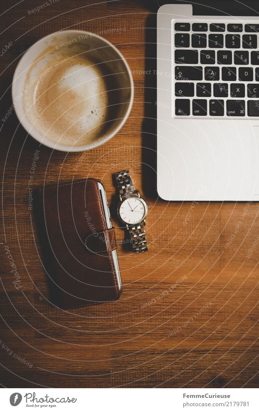 Home_18 Lifestyle elegant Stil Design Kommunizieren Handy Handyhülle Leder Armbanduhr Kaffeetasse Kaffeetrinken Notebook Tastatur edel Edelstahl silber