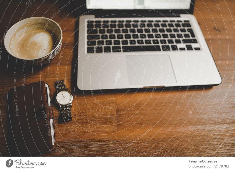 Home_44 Lifestyle Stil Design Kommunizieren Notebook Tastatur Armbanduhr Kaffeetasse Handy Handyhülle Edelstahl Holztisch Tischplatte home office Arbeitsplatz