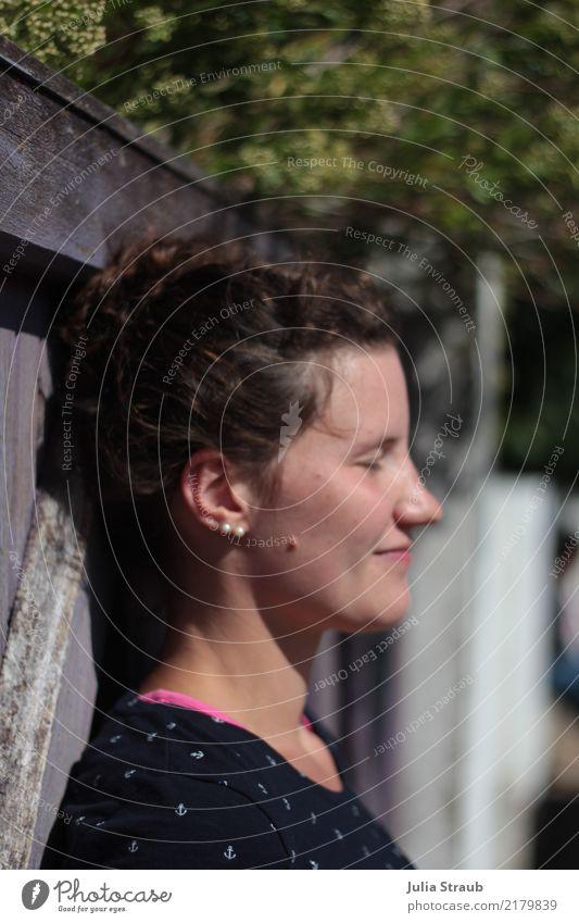 Sonne genießen feminin Frau Erwachsene 1 Mensch 18-30 Jahre Jugendliche Gartentor T-Shirt brünett langhaarig Locken Zopf Lächeln Sommersprossen Anker Perle
