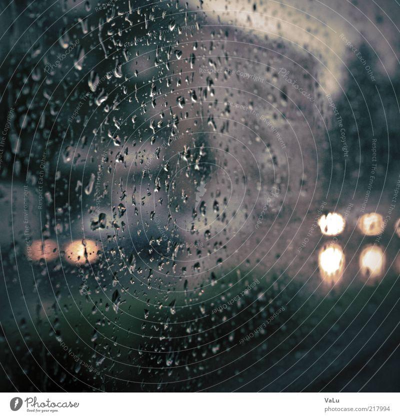 I can't stand the rain Stadt blau schwarz kalt grau Traurigkeit PKW Regen Straßenverkehr nass Wassertropfen trist Autofenster Scheinwerfer Autoscheinwerfer Textfreiraum