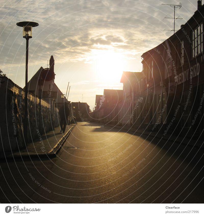 Auf einer einsamen Straße Richtung Sonnenuntergang Himmel Einsamkeit Gebäude Zufriedenheit Asphalt Dorf Laterne Bürgersteig Schatten mystisch Dänemark Altstadt