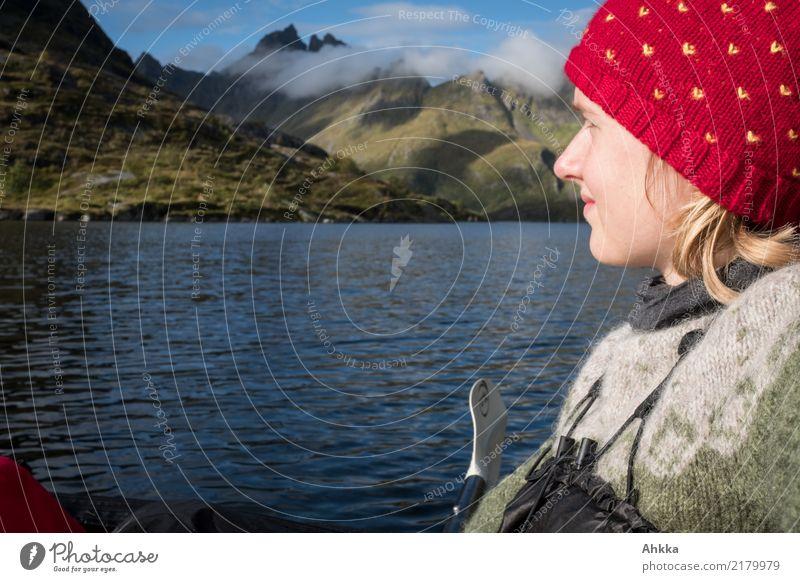 Abenteuerlust, Junge Frau im Kanu vor Lofotenpanorma Ferien & Urlaub & Reisen Natur Jugendliche Wasser Ferne Berge u. Gebirge Freiheit Horizont träumen