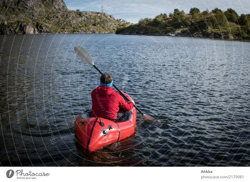 Roter Paddler auf norwegischem Bergsee Natur Ferien & Urlaub & Reisen Jugendliche Junger Mann rot Erholung Ferne Leben Wege & Pfade Freiheit See Ausflug Kraft