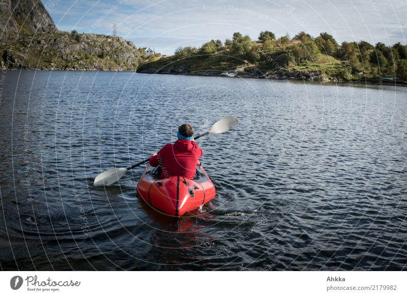 Rotes Kajak in Norwegen Natur Ferien & Urlaub & Reisen Jugendliche Junger Mann rot Erholung Wege & Pfade Ausflug frei Kraft Abenteuer Perspektive Neugier