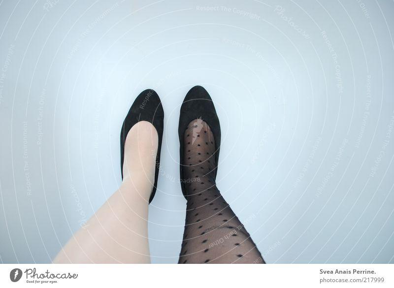 entscheidungsfrage. elegant Stil feminin Junge Frau Jugendliche Beine Fuß 1 Mensch Mode Bekleidung Strümpfe Schuhe Damenschuhe stehen unsicher Strumpfhose Nylon