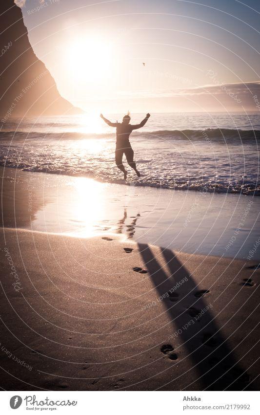 Freudensprung am Nordmeer im Sonnenuntergang Zufriedenheit Ferien & Urlaub & Reisen Abenteuer Ferne Freiheit Sommer Sommerurlaub Strand Meer Insel Wellen