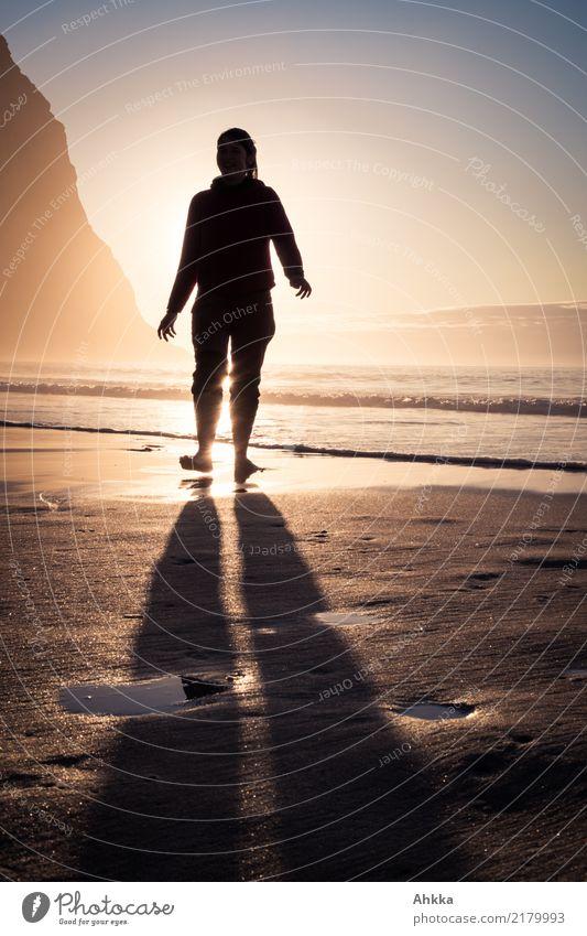 Junge Frau vor Sonnenuntergang am Nordmeerstrand harmonisch Sinnesorgane Erholung ruhig Ferien & Urlaub & Reisen Abenteuer Ferne Sommerurlaub Strand Meer