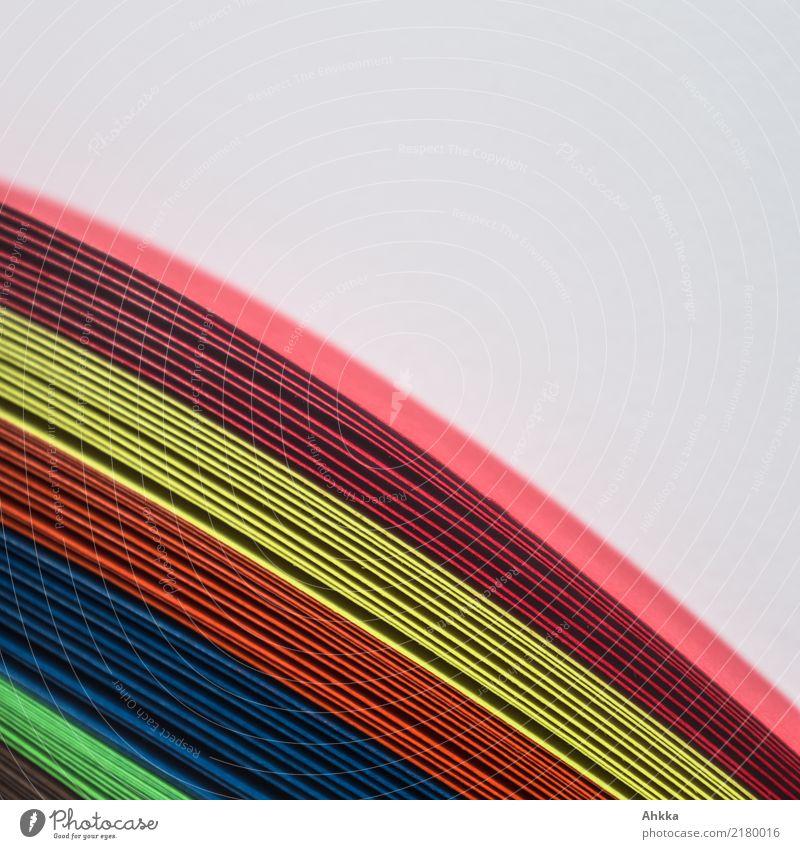 Kunterbunte Papierstreifen auf neutralem Hintergrund Freizeit & Hobby Bildung Kindergarten Schule Linie Streifen Regenbogen Zusammensein viele Farbe Hoffnung