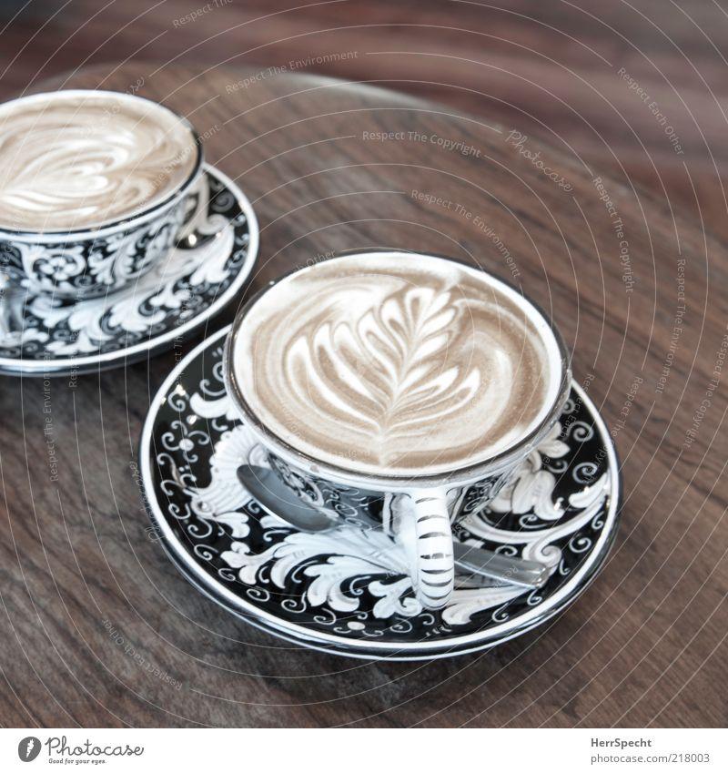 Cappuccino at La Colombe, Tribeca Getränk Heißgetränk Kaffee Tasse Holz braun schwarz Geschirr Untertasse Muster Maserung Kaffeeschaum Beistelltisch Löffel Café