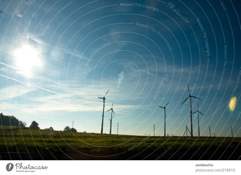 Wind Natur Sonne Sommer Ferne Wiese Landschaft Feld Umwelt Industrie Energiewirtschaft Technik & Technologie Windkraftanlage Schönes Wetter Blauer Himmel Billig Rotor