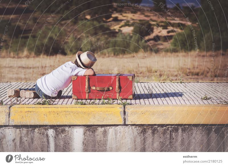 Kind wartet auf den Zug Mensch Ferien & Urlaub & Reisen Einsamkeit Lifestyle Traurigkeit Junge Freiheit maskulin Verkehr träumen liegen Kindheit Abenteuer