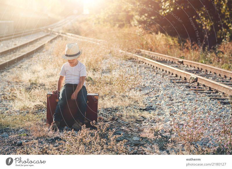 Kind auf Bahngleisen Mensch Ferien & Urlaub & Reisen Einsamkeit Lifestyle Wege & Pfade Junge Freiheit Ausflug maskulin Verkehr Kindheit sitzen Abenteuer