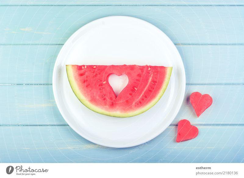 Wassermelone mit herzförmigen Stücken Lebensmittel Frucht Dessert Ernährung Essen Frühstück Mittagessen Geschirr Lifestyle Gesundheit Wellness Herz Diät Fressen