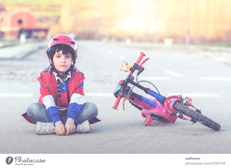 Junge sitzt auf dem Boden mit Fahrrad Lifestyle Freizeit & Hobby Sport Fahrradfahren Mensch maskulin Kind Kleinkind Kindheit 1 3-8 Jahre Wegkreuzung