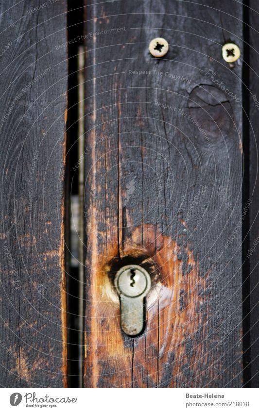 Used Lock - sicher verschlossen ruhig Holz braun Angst Tür geschlossen Sicherheit gefährlich Schutz klug Schraube Maserung gebraucht achtsam Schlüsselloch Türschloss