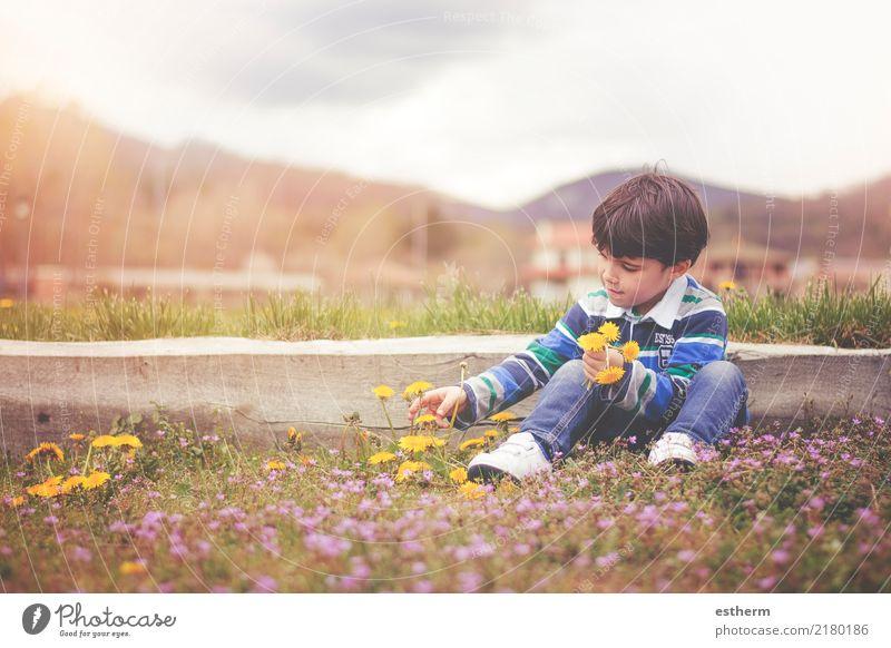 Glückliches Kind mit Blumen im Frühjahr Mensch Natur Ferien & Urlaub & Reisen Freude Umwelt Frühling Liebe Garten Freiheit maskulin Park Feld Kindheit