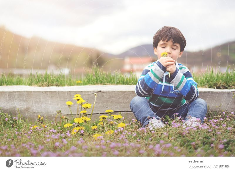 Glückliches Kind mit Blumen im Frühjahr Mensch Natur Ferien & Urlaub & Reisen Erholung Freude Lifestyle Frühling Gefühle Junge Garten Freiheit maskulin Feld