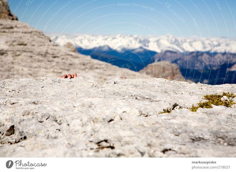 bergauf Mensch Hand Ferne Leben Sport Berge u. Gebirge Freiheit Angst Felsen Abenteuer Finger gefährlich ästhetisch Klettern festhalten Unendlichkeit