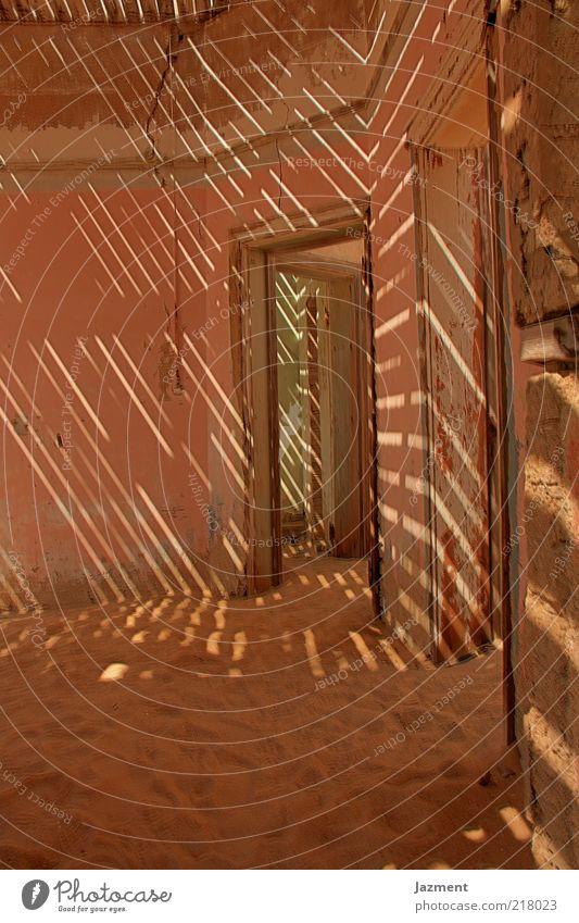 Zeichen der Zeit IIII ruhig Haus Sand Raum Tür Boden Hütte Schatten