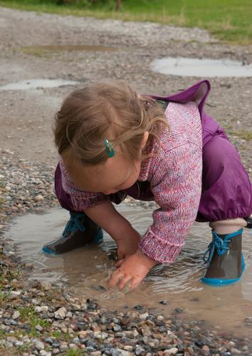 Platschbatsch Kind Mensch Natur Ferien & Urlaub & Reisen Leben Herbst Spielen Freiheit Ausflug Freizeit & Hobby Regen Abenteuer niedlich Neugier berühren