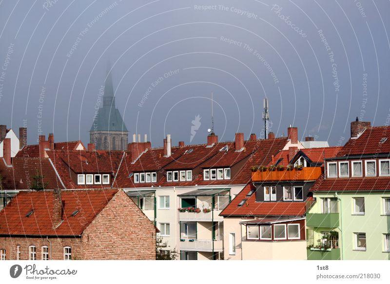 unterkunft Kleinstadt Stadt bevölkert Haus Kirche Dom Turm Bauwerk Gebäude Architektur Fassade Balkon Fenster Dach Schornstein blau Hildesheim Nebel Farbfoto