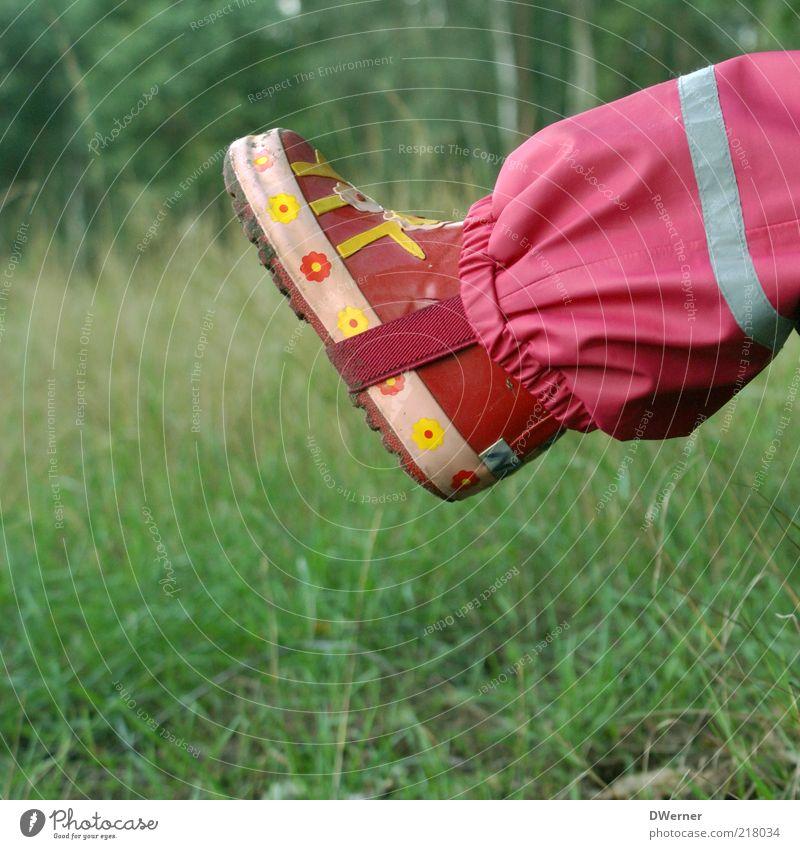 Ich mach die Welt, wie sie mir gefällt! Kind Natur schön Mädchen rot Wiese Spielen Landschaft Umwelt Gras Stil Regen Fuß rosa nass Freizeit & Hobby