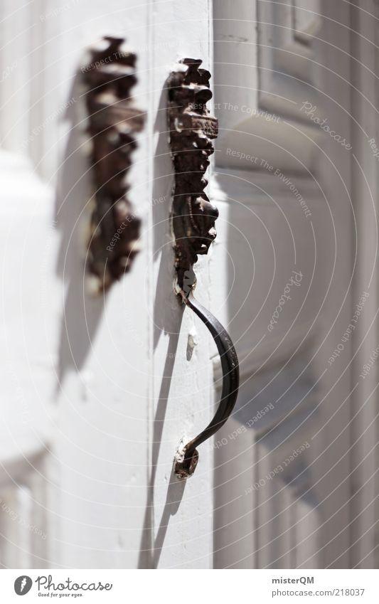 La Puerta. weiß Tür geschlossen ästhetisch edel Griff Bildausschnitt altehrwürdig teuer Türschloss Messing Eingangstür Holztür Türöffner Türknauf Schmiedeeisen