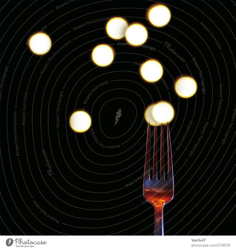 eating dots Metall Design ästhetisch Punkt Lichtspiel Besteck Gabel Lichtpunkt Objektfotografie Lichtfleck aufgespiesst Vor dunklem Hintergrund