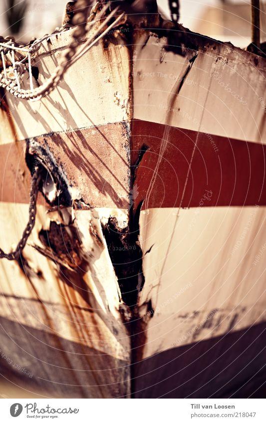 Vorboten Wasser alt weiß grün rot Wasserfahrzeug Kraft Metall dreckig Seil Stahl Rost Kette Schifffahrt gestreift Anker