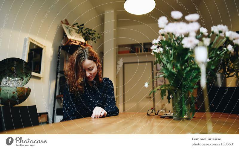 Young happy woman sitting in her living room Frau Mensch Jugendliche Junge Frau Haus 18-30 Jahre Erwachsene Innenarchitektur feminin Glück Häusliches Leben