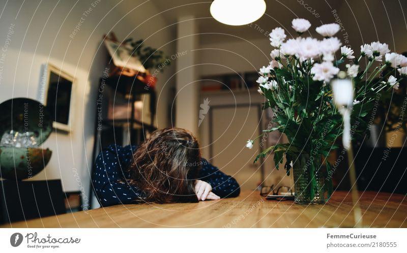 Home_17 feminin Junge Frau Jugendliche Erwachsene Mensch 18-30 Jahre 30-45 Jahre Häusliches Leben Müdigkeit Erschöpfung Nap Mittagsschlaf schlafen Pause Siesta