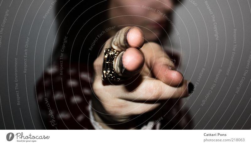 i WANT YOU Mensch feminin Finger 1 wählen Ring Nagellack Farbfoto Innenaufnahme Nahaufnahme Blitzlichtaufnahme Unschärfe Textfreiraum links Textfreiraum rechts