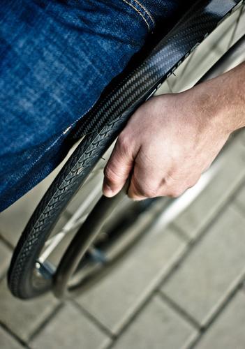 plötzlich ist alles anders Hand Straße Beine Kraft sitzen laufen Sicherheit Jeanshose Krankheit Fußweg Verkehrswege Straßenbelag Barriere Reifen