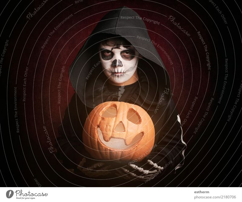 Junge in Halloween Party Veranstaltung Feste & Feiern Karneval Mensch maskulin Kind Kleinkind Kindheit 1 3-8 Jahre Mantel Bewegung bedrohlich dunkel gruselig