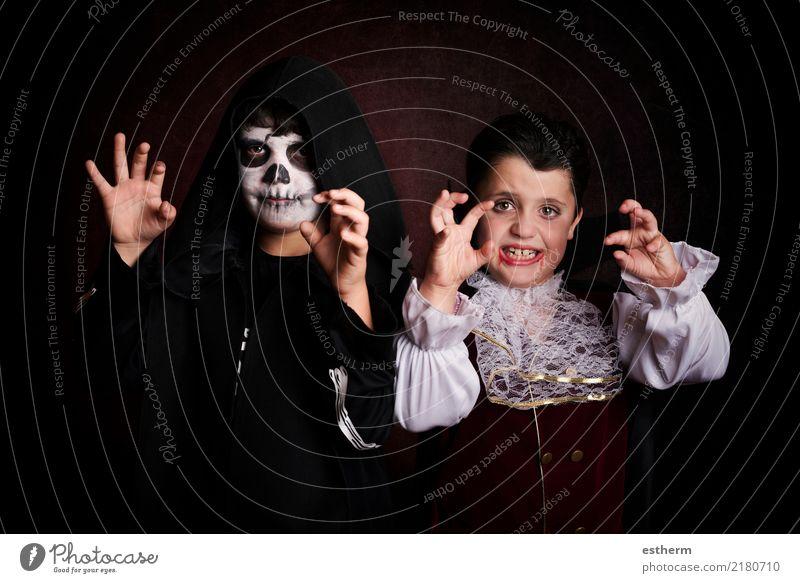 Kinder in Halloween Mensch Freude dunkel Lifestyle Junge Tod Party Feste & Feiern Freundschaft Angst maskulin Kindheit Lächeln Fitness Veranstaltung