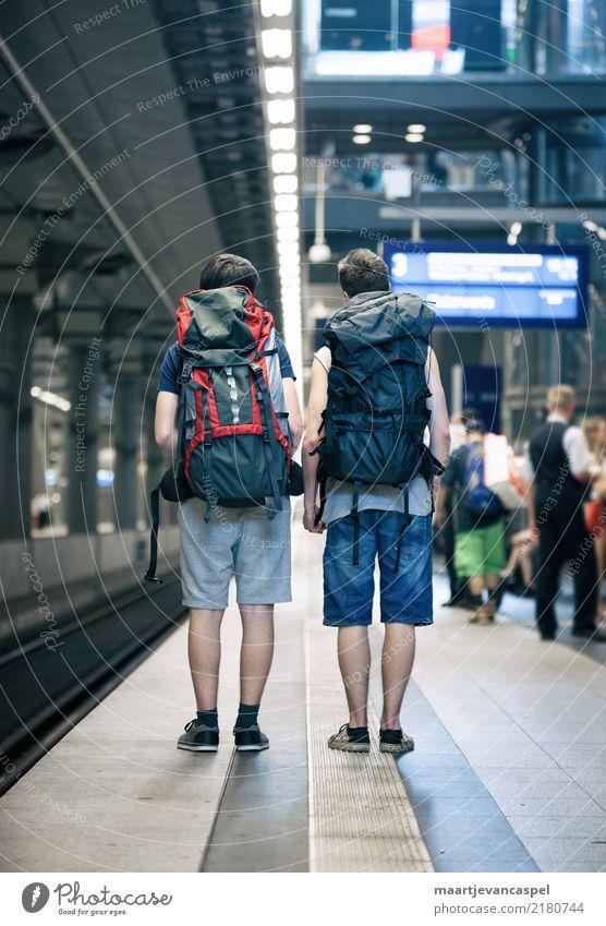 Zwei Teenager mit Rucksack am Bahnhof in Berlin Mensch Ferien & Urlaub & Reisen Jugendliche Stadt Junger Mann Freude Leben Glück Zusammensein Freundschaft