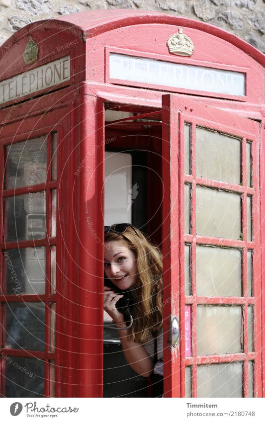 PULL. Ferien & Urlaub & Reisen Telefon Mensch Junge Frau Jugendliche 1 Großbritannien Telefonzelle Metall Blick rot Freude offen hell England Yorkshire Farbfoto