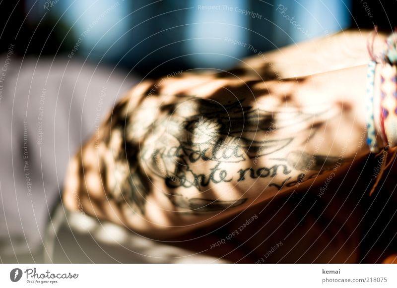 Schatten in die Haut tätowiert Stil feminin Frau Erwachsene Arme 1 Mensch Tattoo hell Schattenspiel Armband Unterarm Farbfoto Gedeckte Farben Innenaufnahme