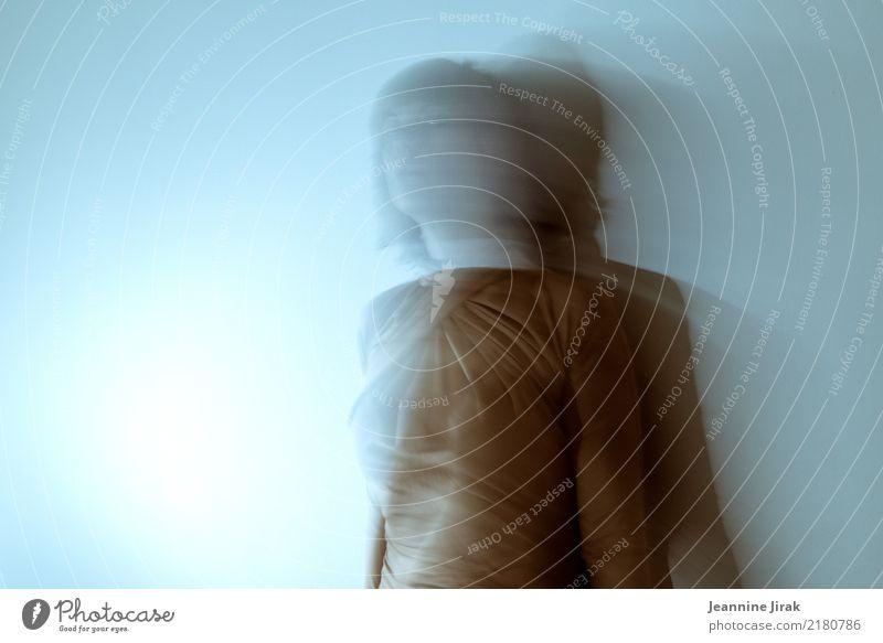 Lichtraum Mensch Frau Erotik dunkel feminin Angst träumen leuchten stehen Vergänglichkeit beobachten Wandel & Veränderung geheimnisvoll Verfall Surrealismus