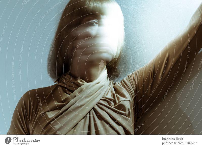 Lichtraum 3 Frau Mensch Einsamkeit Erwachsene Traurigkeit Kopf träumen stehen Vergänglichkeit beobachten Wandel & Veränderung Vergangenheit geheimnisvoll