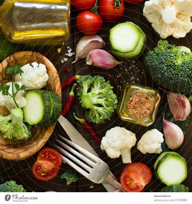 Frischgemüse auf eine Draufsicht des Holztischs Gemüse Kräuter & Gewürze Essen Vegetarische Ernährung Diät Flasche Gabel Löffel Sommer Tisch Menschengruppe
