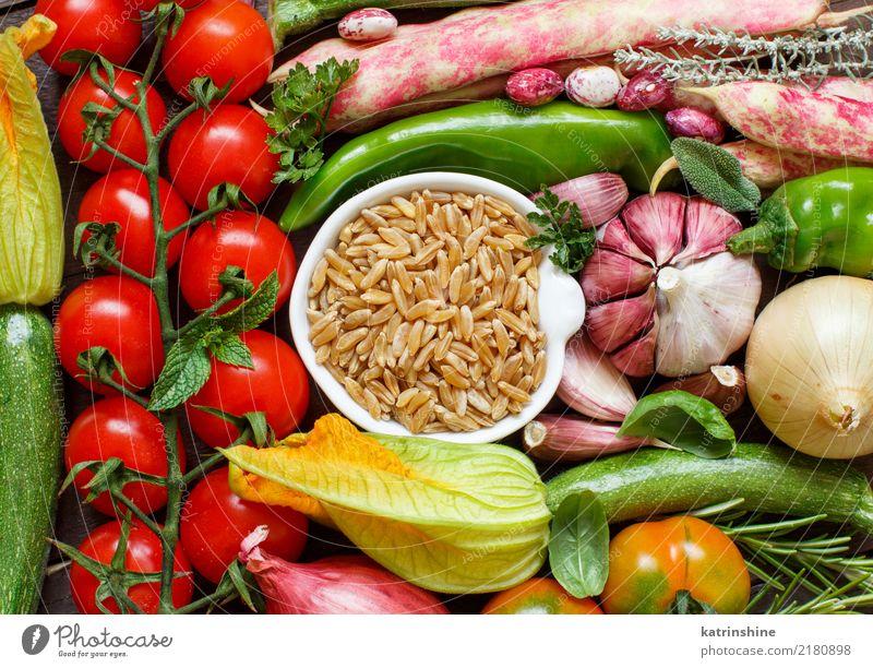 Ungekochtes Kamutkorn mit Draufsicht des Gemüses Vegetarische Ernährung Diät Schalen & Schüsseln Tisch hell natürlich grün Müsli trocknen Lebensmittel Korn