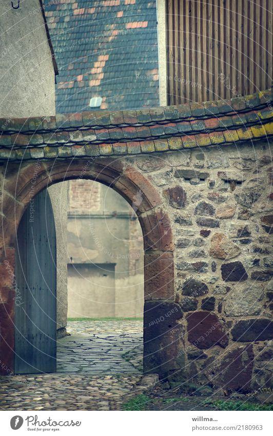 Historischer Torbogen vor einem mittelalterlichen Vierseitenhof historisch Klosterbuch Gebäude Kloster Buch Mauer Dachziegel Steinmauer Hof Innenhof Mittelalter
