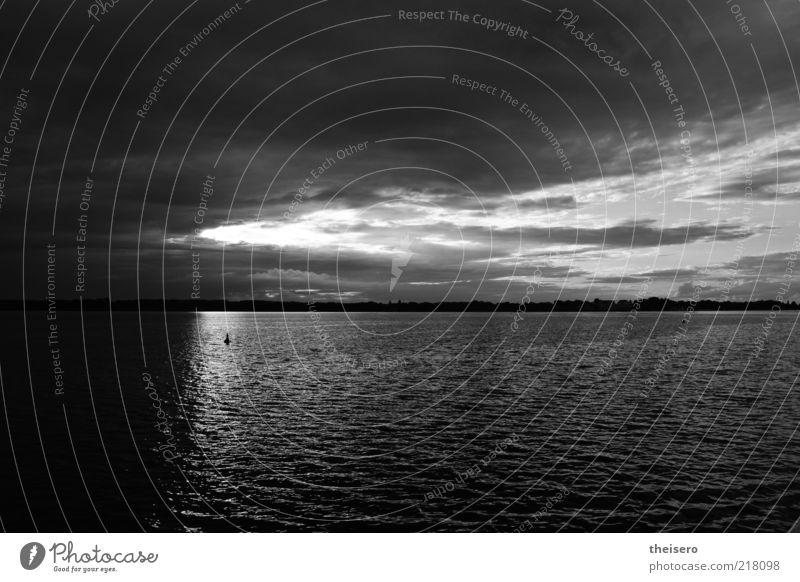 weltenteilung Landschaft Luft Wasser Himmel Wolken Gewitterwolken Sonne Herbst schlechtes Wetter Unwetter Sturm Regen Wellen Flussufer dunkel Unendlichkeit