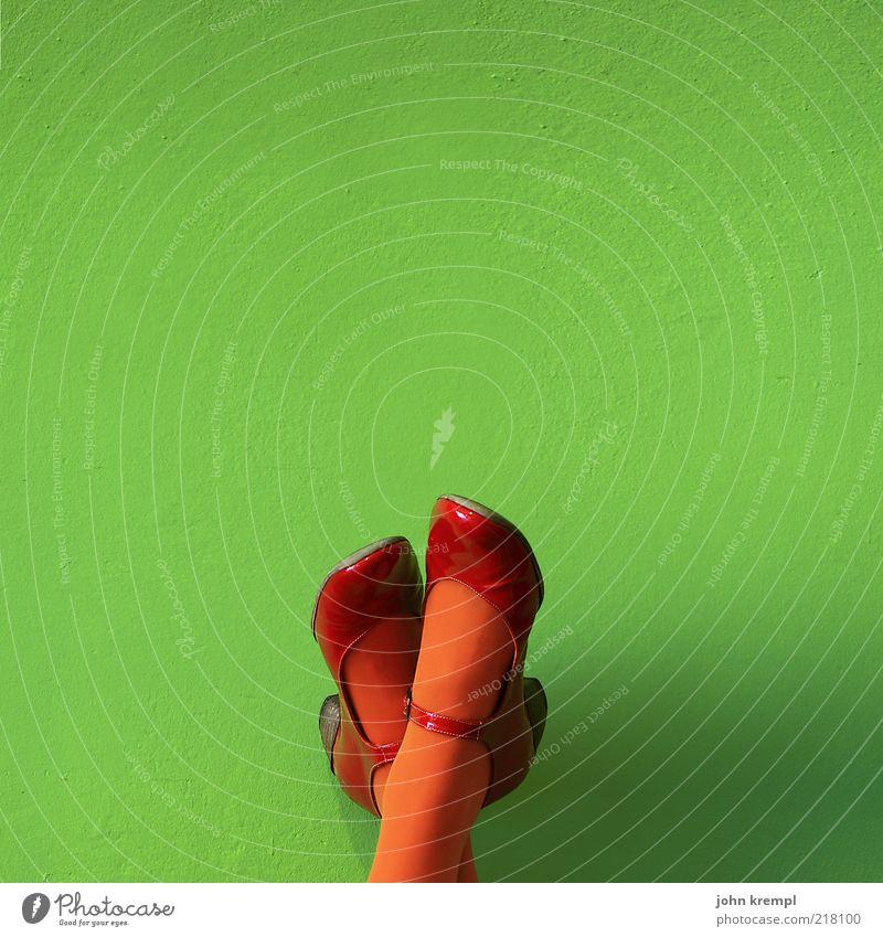 schubidu feminin Junge Frau Jugendliche Beine Fuß 1 Mensch Strumpfhose Schuhe liegen positiv grün rot Farbe trashig verrückt orange Farbfoto Textfreiraum oben