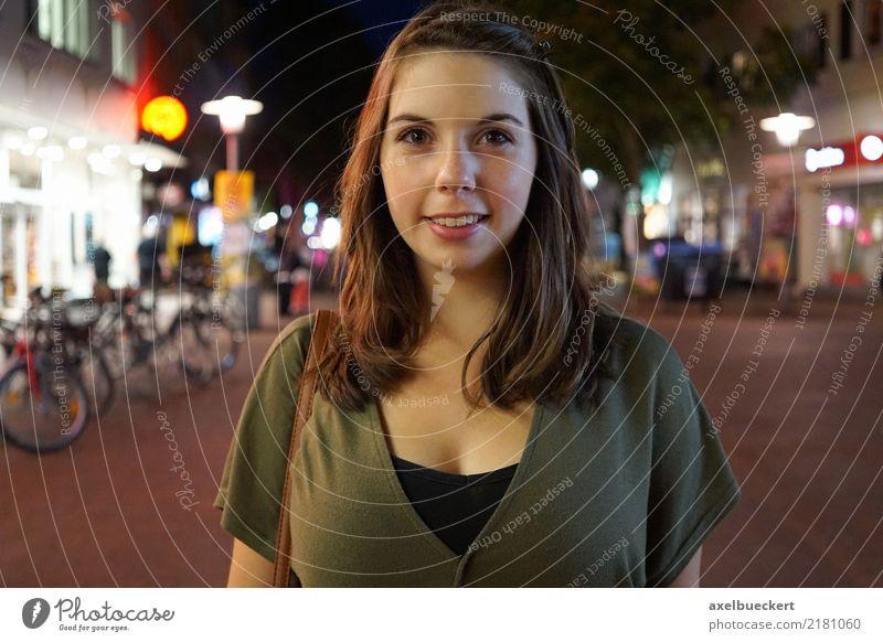 junge Frau nachts in der Stadt Lifestyle kaufen Freizeit & Hobby Nachtleben ausgehen Mensch feminin Junge Frau Jugendliche Erwachsene 1 18-30 Jahre Stadtzentrum